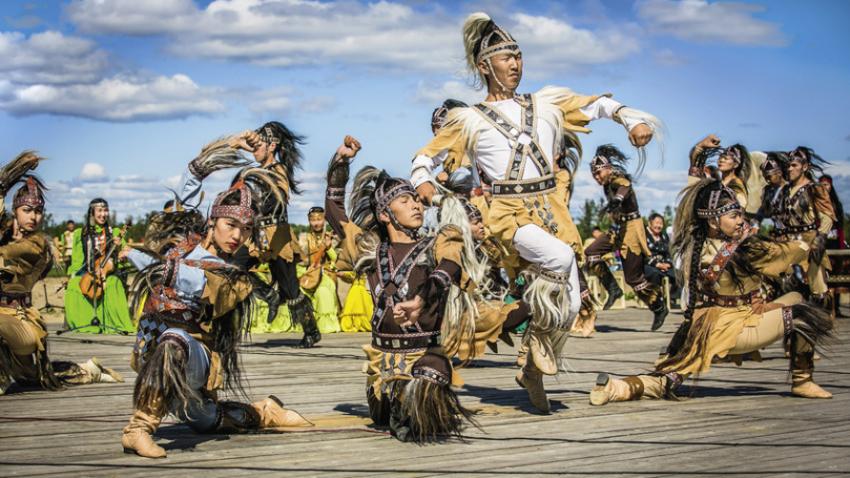 Jakutski plesalci med tradicionalnim praznovanjem ihiaha.