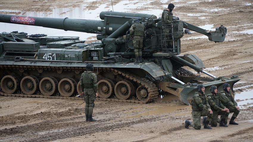 """Vojnici na 2S7 """"Pion"""" (S7M """"Malka""""), samohodnom oruđu na izložbi u okviru Trećeg međunarodnog vojno-tehničkog foruma """"Armija 2017"""" u Moskovskoj oblasti."""