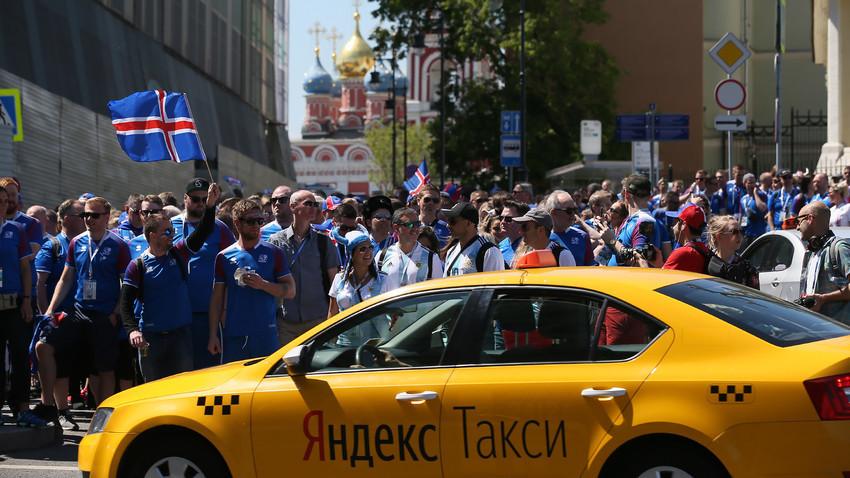 Suporter Islandia dalam perjalanan dari Taman Zaryadye Moskow.