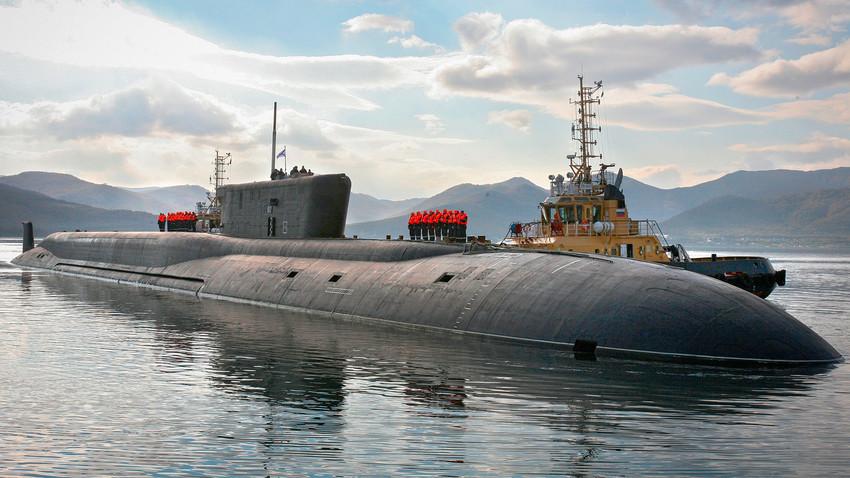 """Руската стратегическа ядрена подводница """"Владимир Мономах"""" (по проект 955) навлиза в постоянната си база във Вилючинск в Камчатка."""