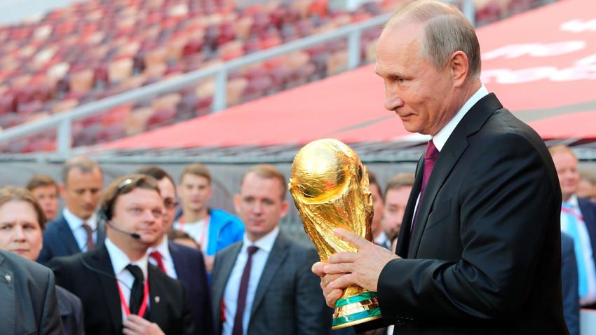 Путин са пехаром Светског првенства у фудбалу.