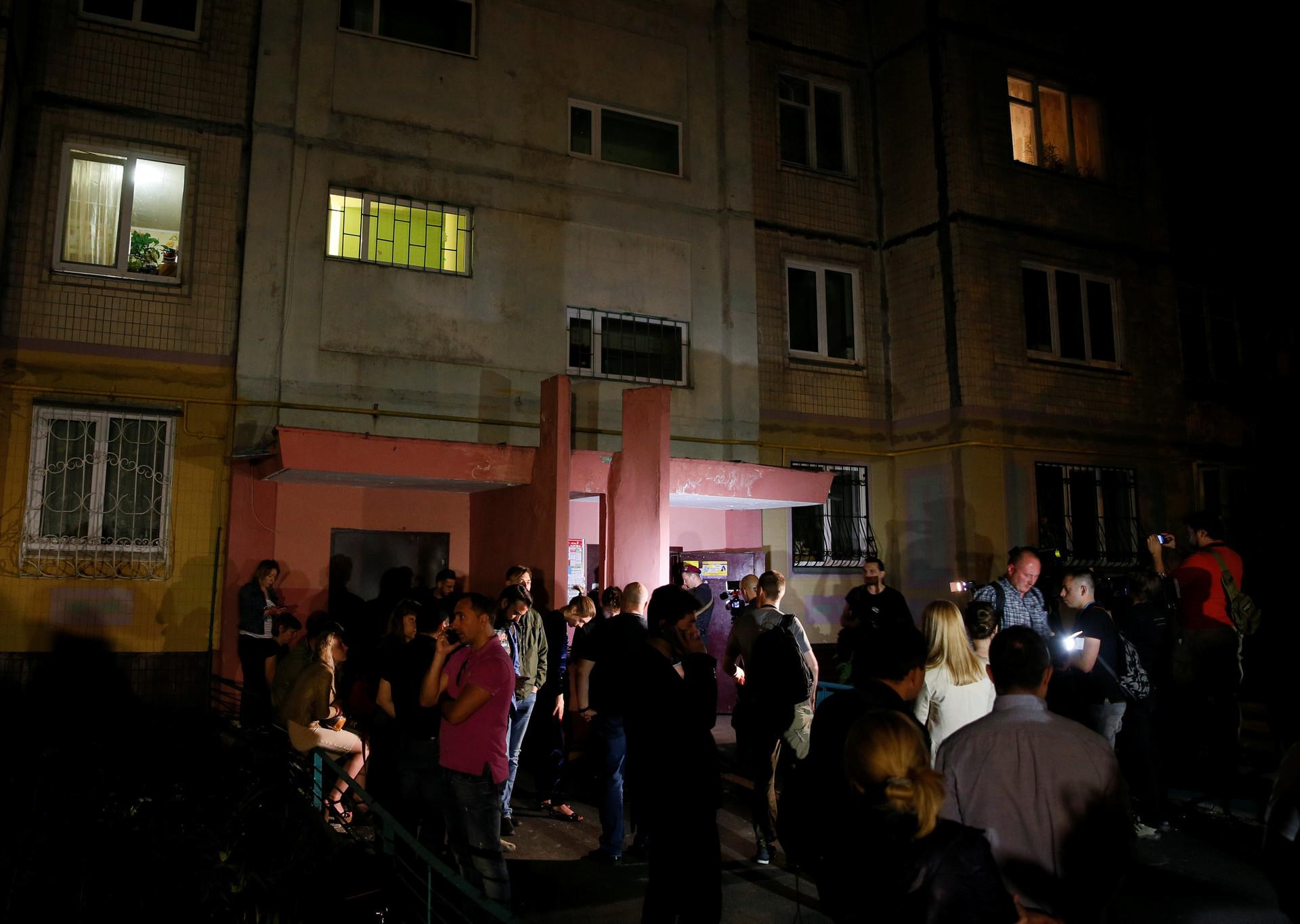 Orang-orang berkumpul di luar blok apartemen tempat Arkady Babchenko ditembak di Kiev, Ukraina, 29 Mei 2018.