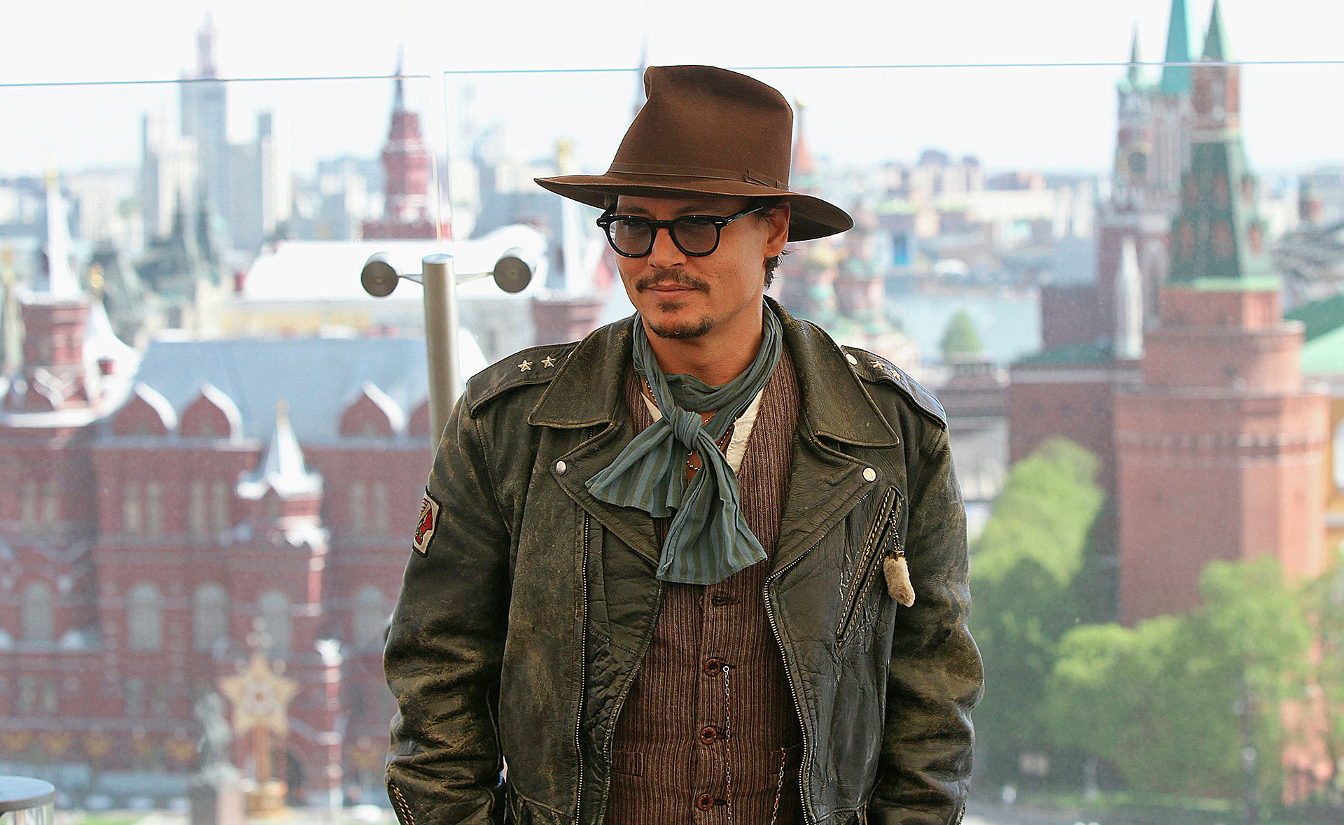 Johnny Depp em sessão de fotos no hotel Ritz-Carlton, em Moscou
