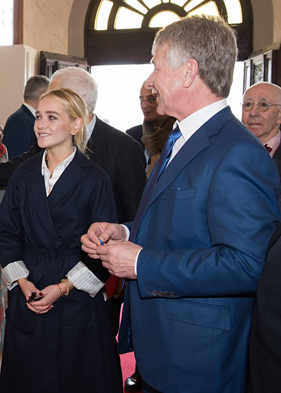 Викторија поред оца, Леонида Михељсона