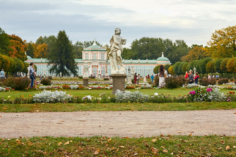Taman di depan Orangerie di kediaman Kuskovo, Moskow, Rusia.
