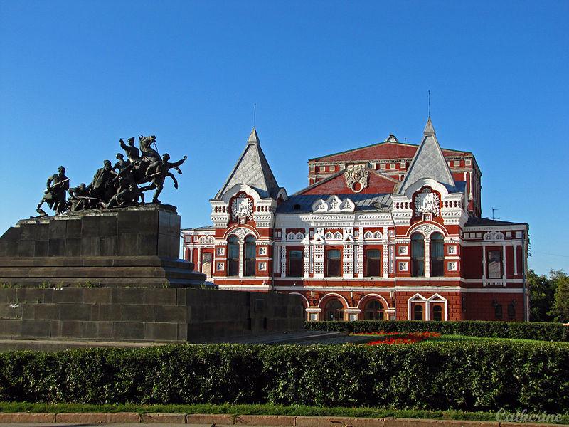 Dramsko akademsko gledališče v Samari in spomenik Čapajevu