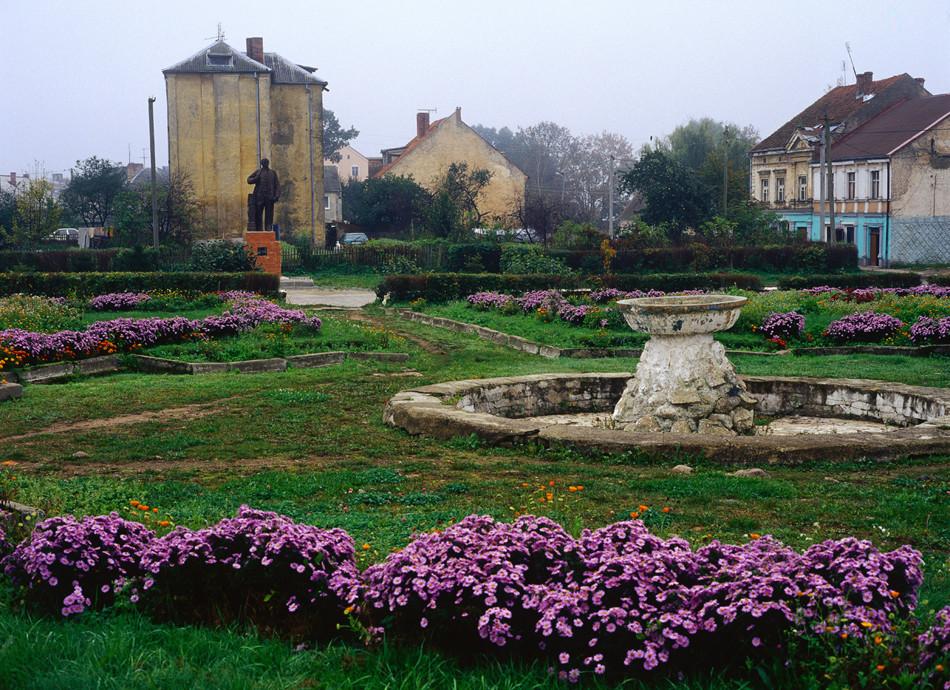 Pequeña plaza en la ciudad de Zheleznodorozhni, cerca de la frontera polaca.