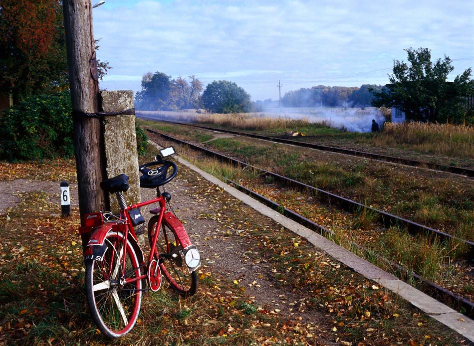 Bicicleta tuneada con un volante de Mercedes en una estación de trenes abandonada.