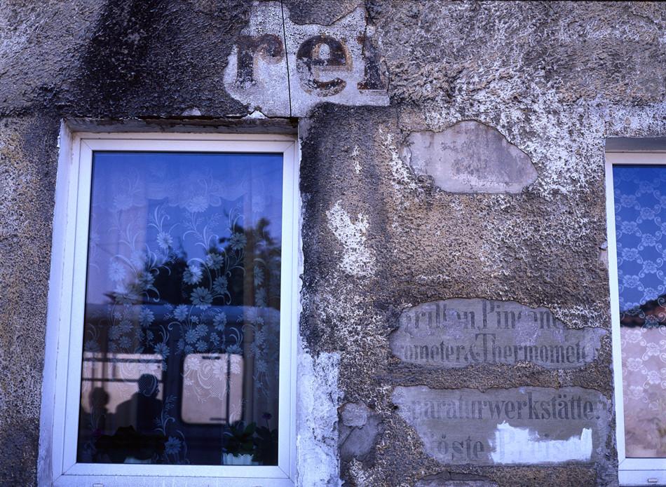 Antigua inscripción en alemán en el muro de una casa, Ozersk.