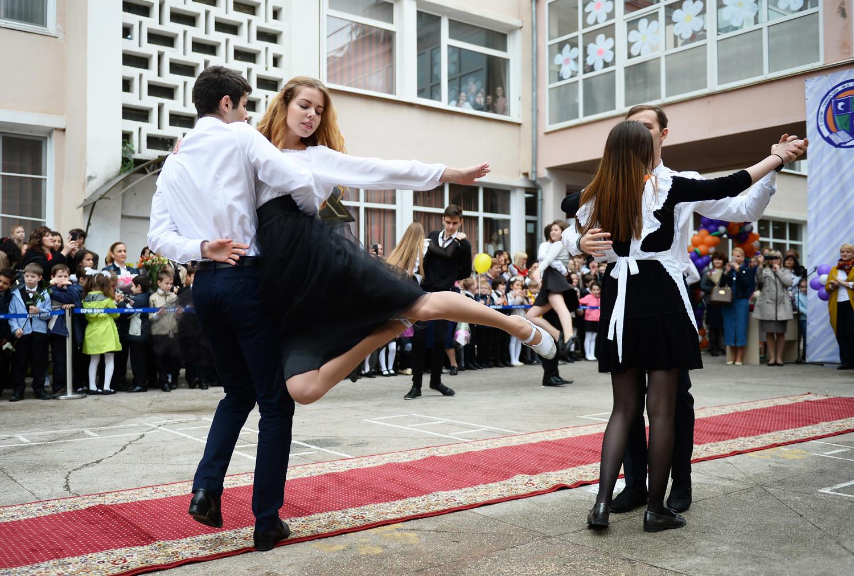 """Alunos dançam na cerimônia do """"Último Sino"""" na Escola N° 8, em Sôtchi."""