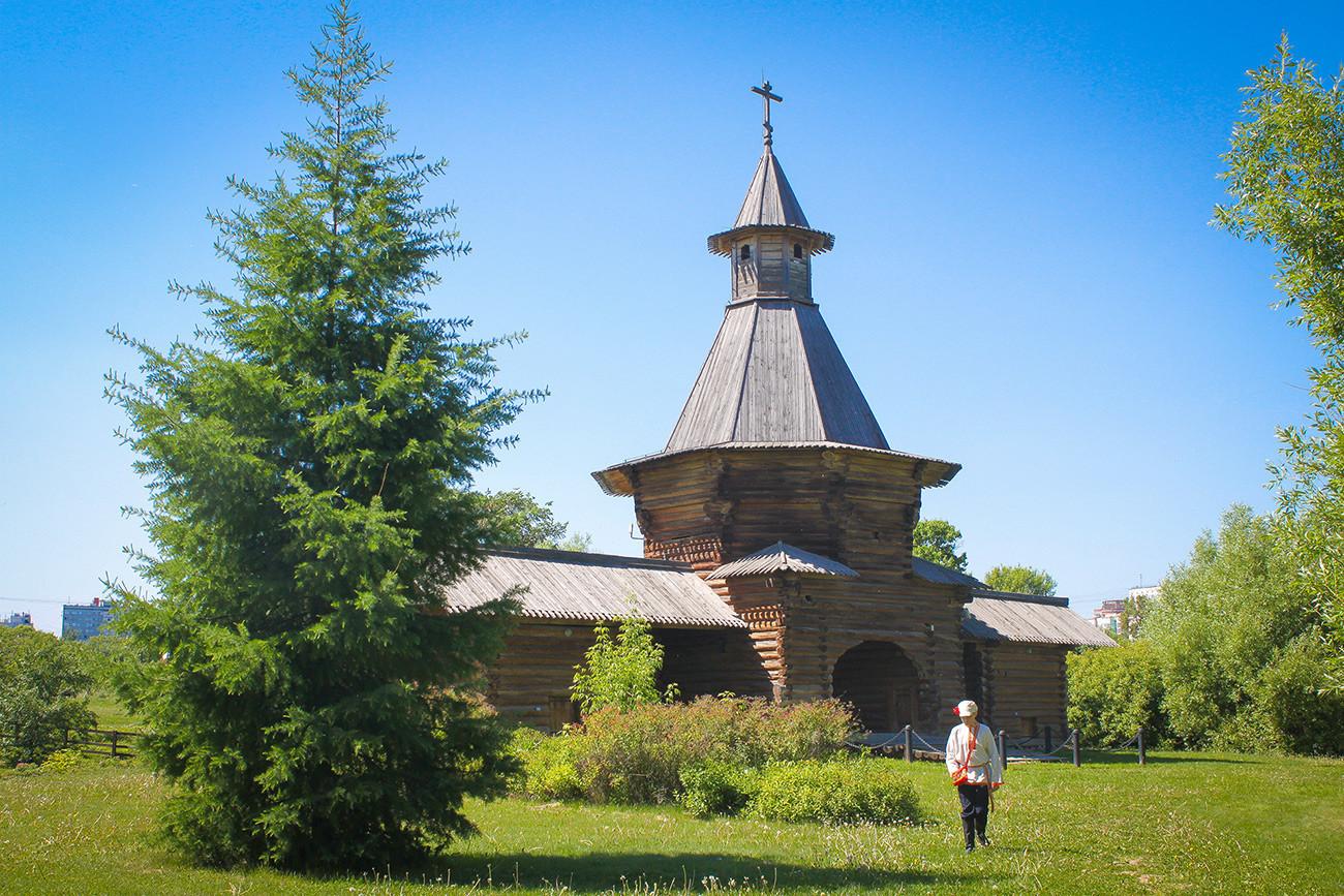 Le portail du monastère Nikolo-Korelski