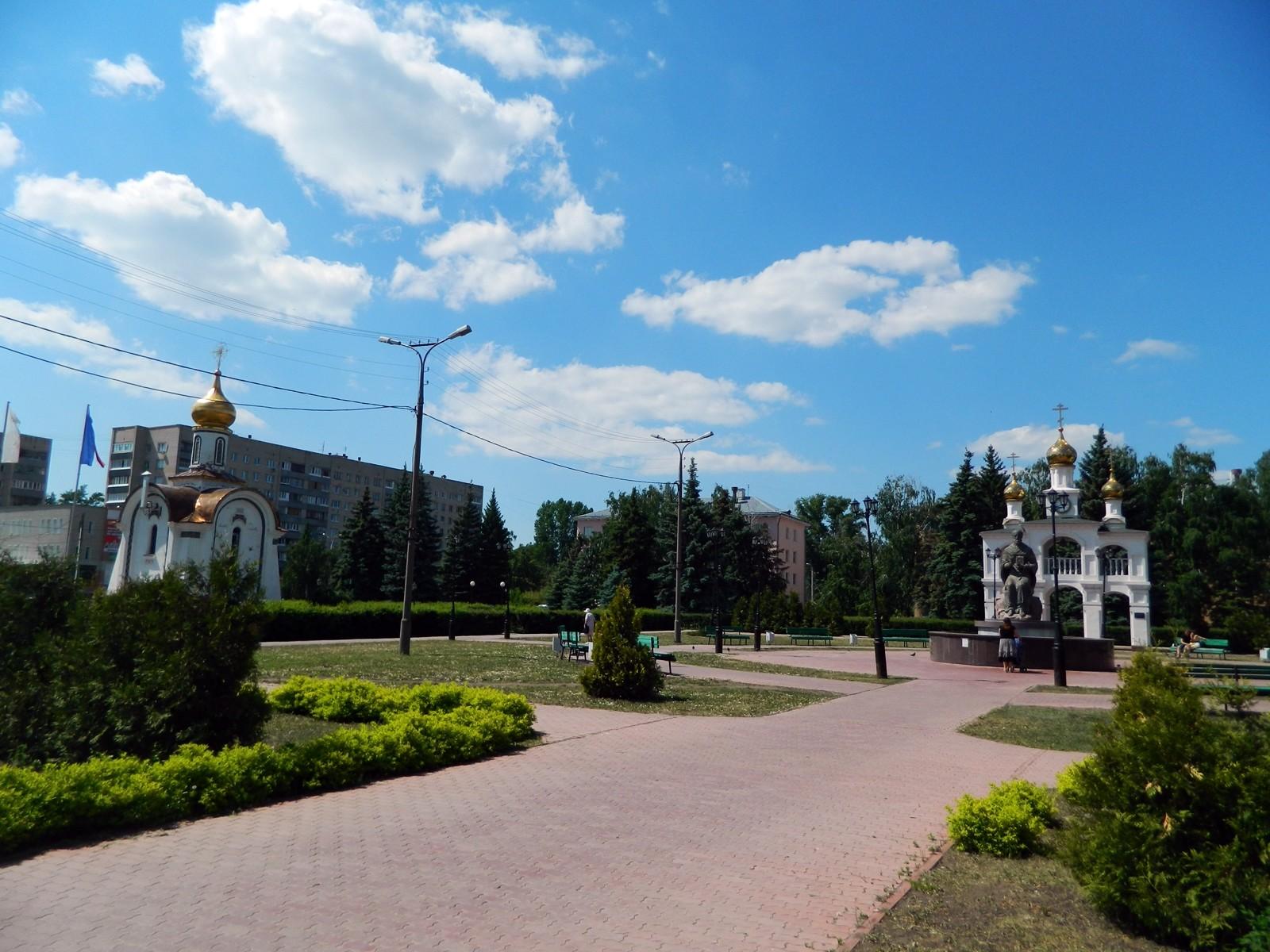 Osrednji trg s spominskim parkom v čast graditeljem mesta