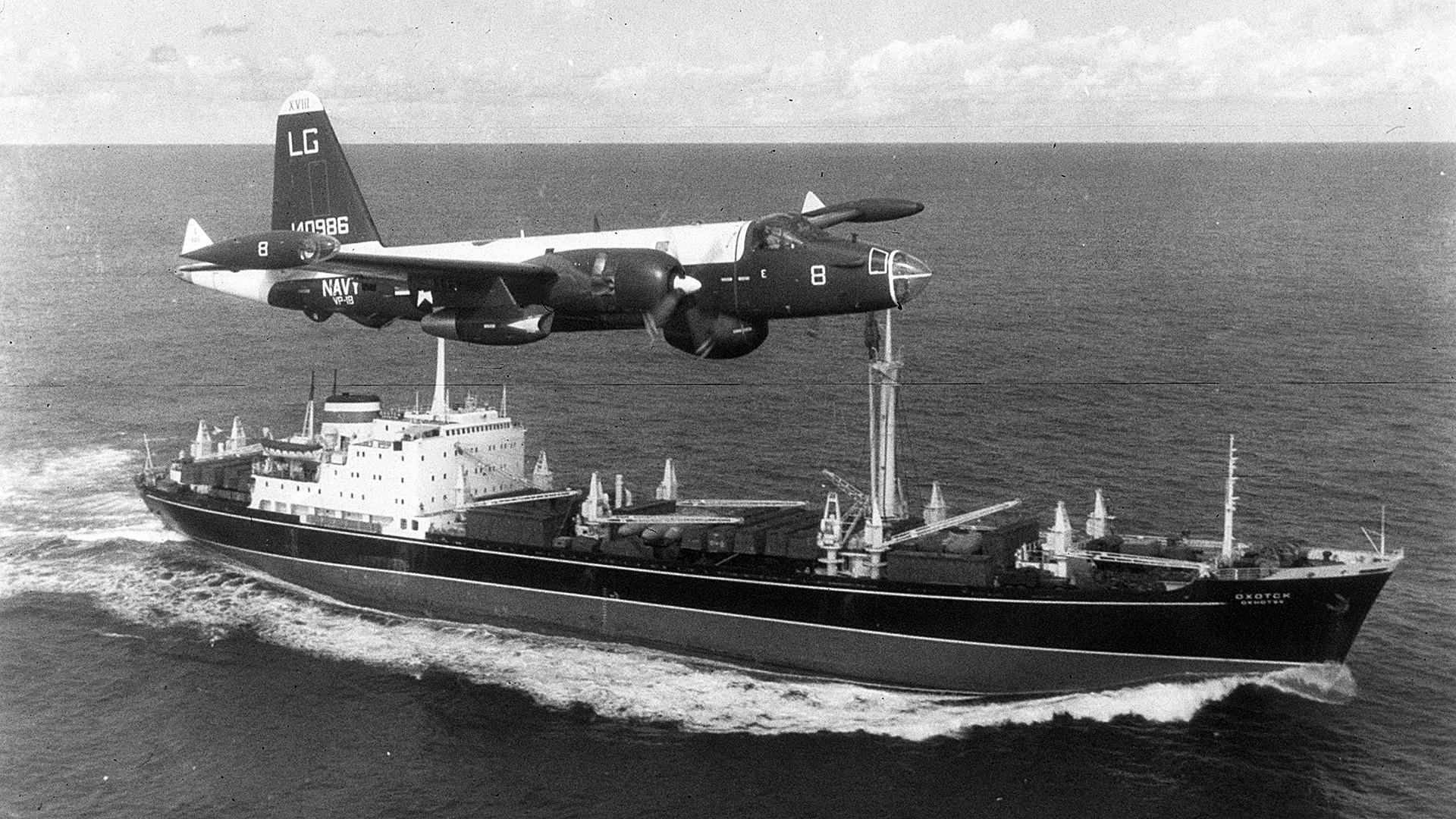 Avión de patrulla estadounidense P2V Neptune vuela sobre el barco soviético durante el crisis de los misiles.
