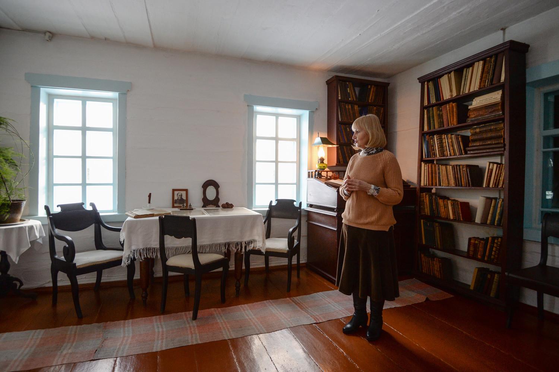 Une employée de musée travaillant dans la maison où Vladimir Oulianov (alias Lénine) a vécu de 1898 à 1900 durant son exil politique. Musée-réserve historique et ethnographique de Chouchenskoïé, région de Krasnoïarsk, Sibérie.