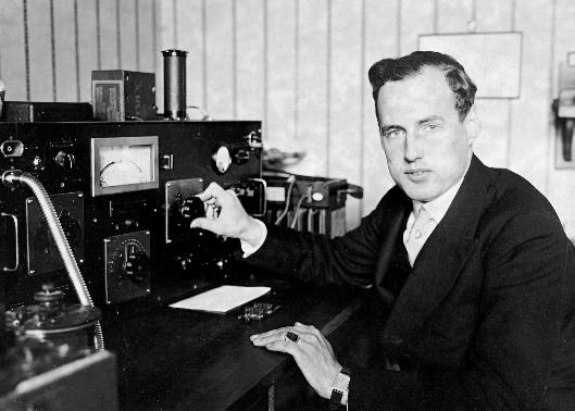 Baron Manfred von Ardenne pri delu v laboratoriju.