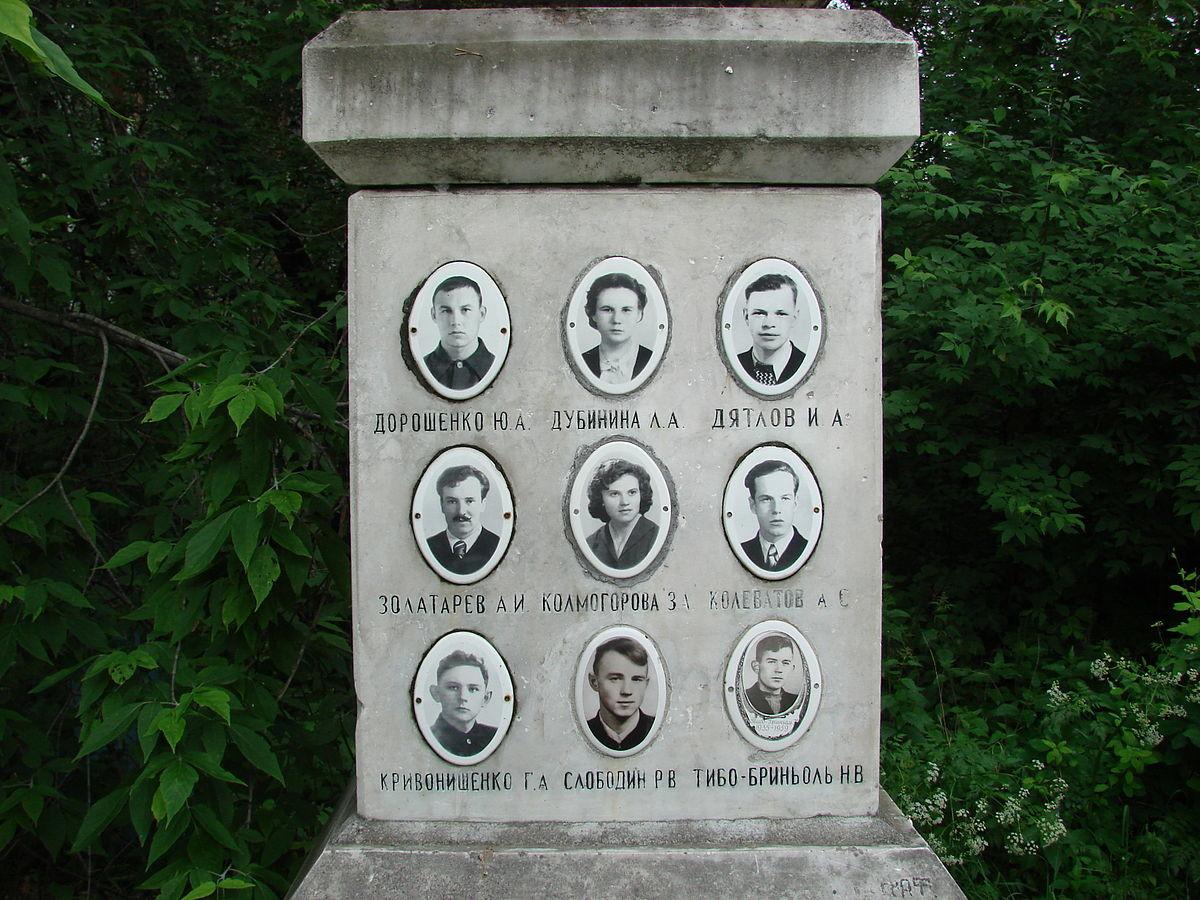Sépulture des neuf membres du groupe de l'expédition. Zolotariov se trouve au milieu, à gauche.