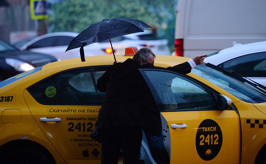 angan menyetop taksi di jalan, dan jangan naik taksi dengan sopir tidak resmi yang berkerumun di area kedatangan bandara.