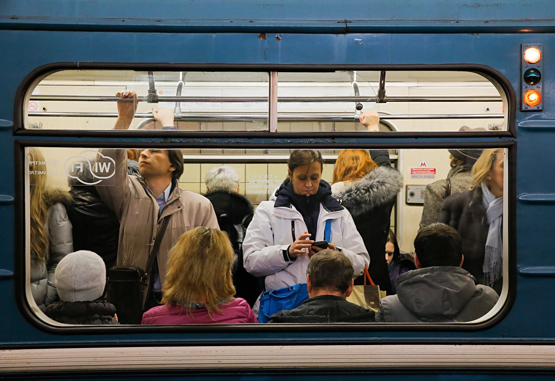 Biasanya para pencopet terdiri dari empat orang yang menciptakan kerumunan di dalam metro.