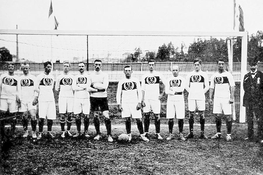 Pemain Jerman sebelum pertandingan melawan tim nasional Kekaisaran Rusia.