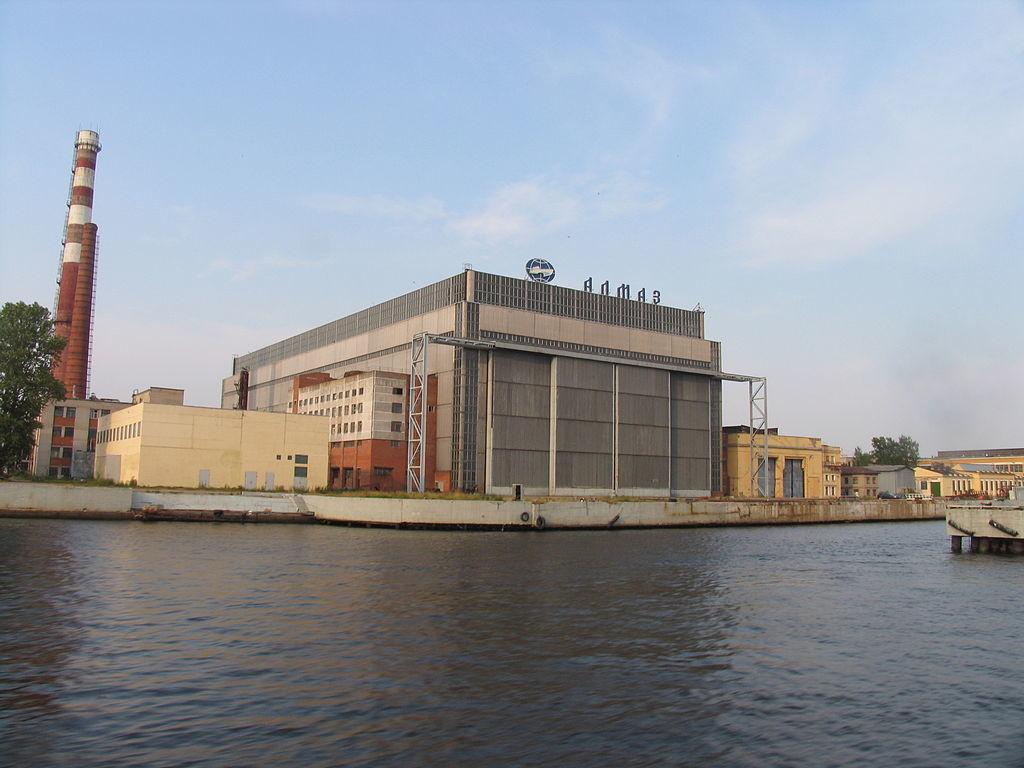 Ladjedelnica Almaz v Sankt Peterburgu na obrežju reke Neve.