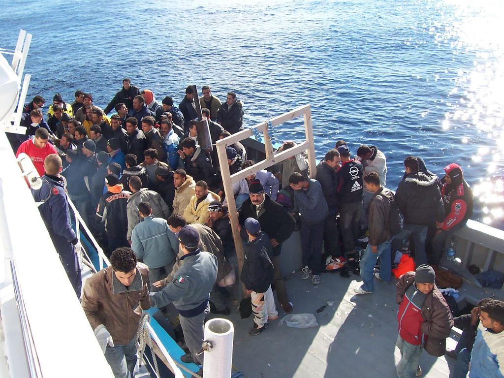 Rešeni pribežniki na italijanskem otoku Lampedusa v južnem Sredozemlju.