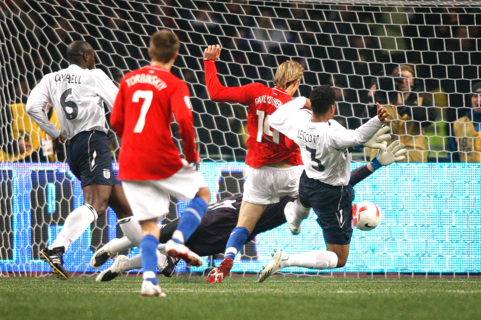 Roman Pavliutchenko marcando na partida contra a Inglaterra (2 a 1); esta vitória levou a Rússia à Euro-2008, deixando a equipe inglesa para trás