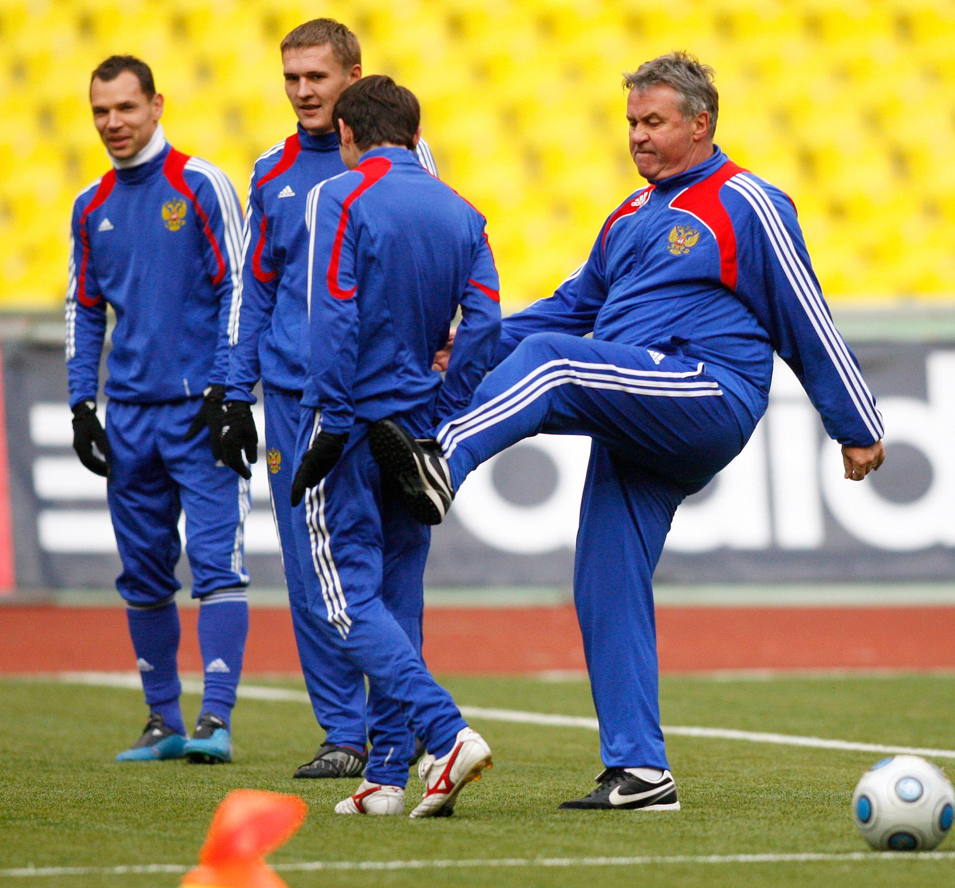 """""""Чаробњак"""" Гус у шали удара ногом једног свог играча. Многи сматрају да је тако требало да поступи са руским фудбалом у целини."""