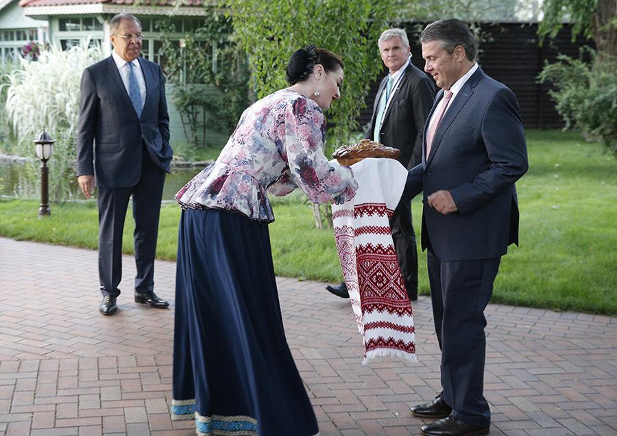 Il ministro degli Esteri tedesco Sigmar Gabriel e il ministro degli Esteri russo Sergej Lavrov durante una cerimonia di benvenuto al termine di un incontro tra i rappresentanti dei due paesi