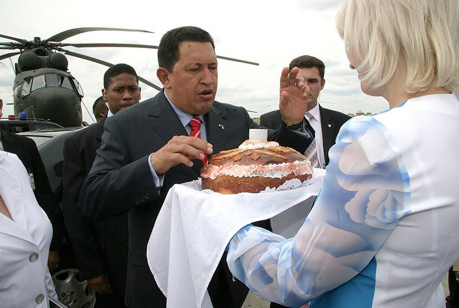 O presidente venezuelano Hugo Chávez (esq.) em visita à fábrica de helicópteros Rostvertol, em 2007.