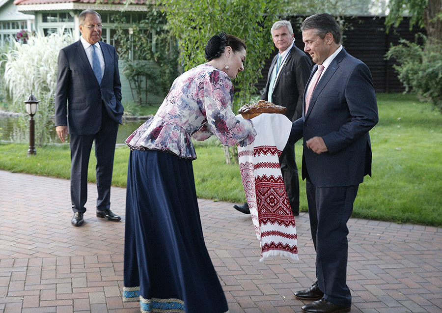 Немачки министар спољних послова Зигмар Габријел и шеф руске дипломатије Сергеј Лавров на свечаном дочеку после конференције за новинаре поводом званичног сусрета.