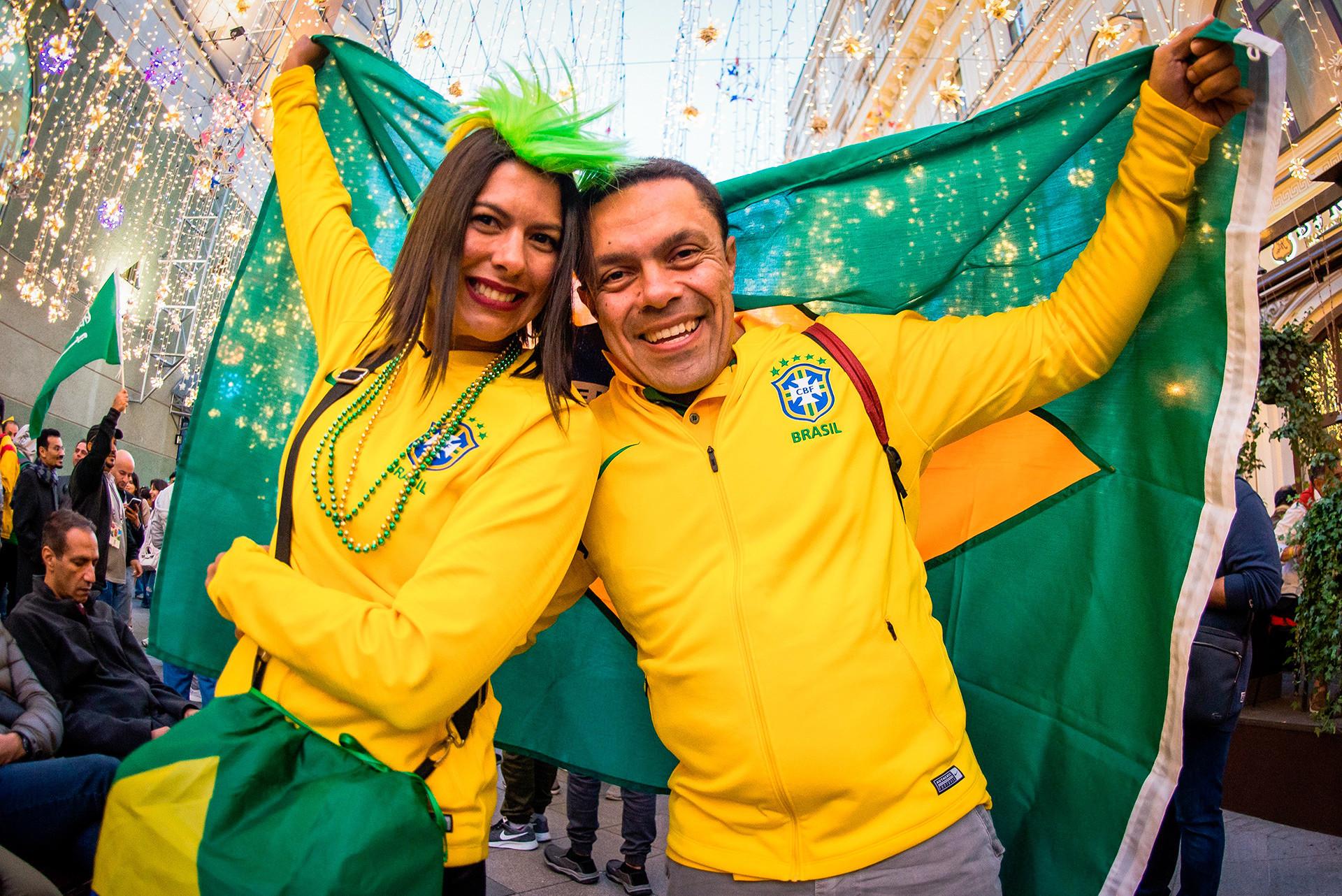 Para suporter Brasilia tiba di Moskow secara berbondong-bondong, membawa semangat karnaval bersama mereka. Mereka punya alasan untuk optimistis. Dengan kehadiran Neymar Jr, tim Samba tiba di Rusia sebagai tim yang diprediksi akan mengangkat trofi pada 15 Juli.