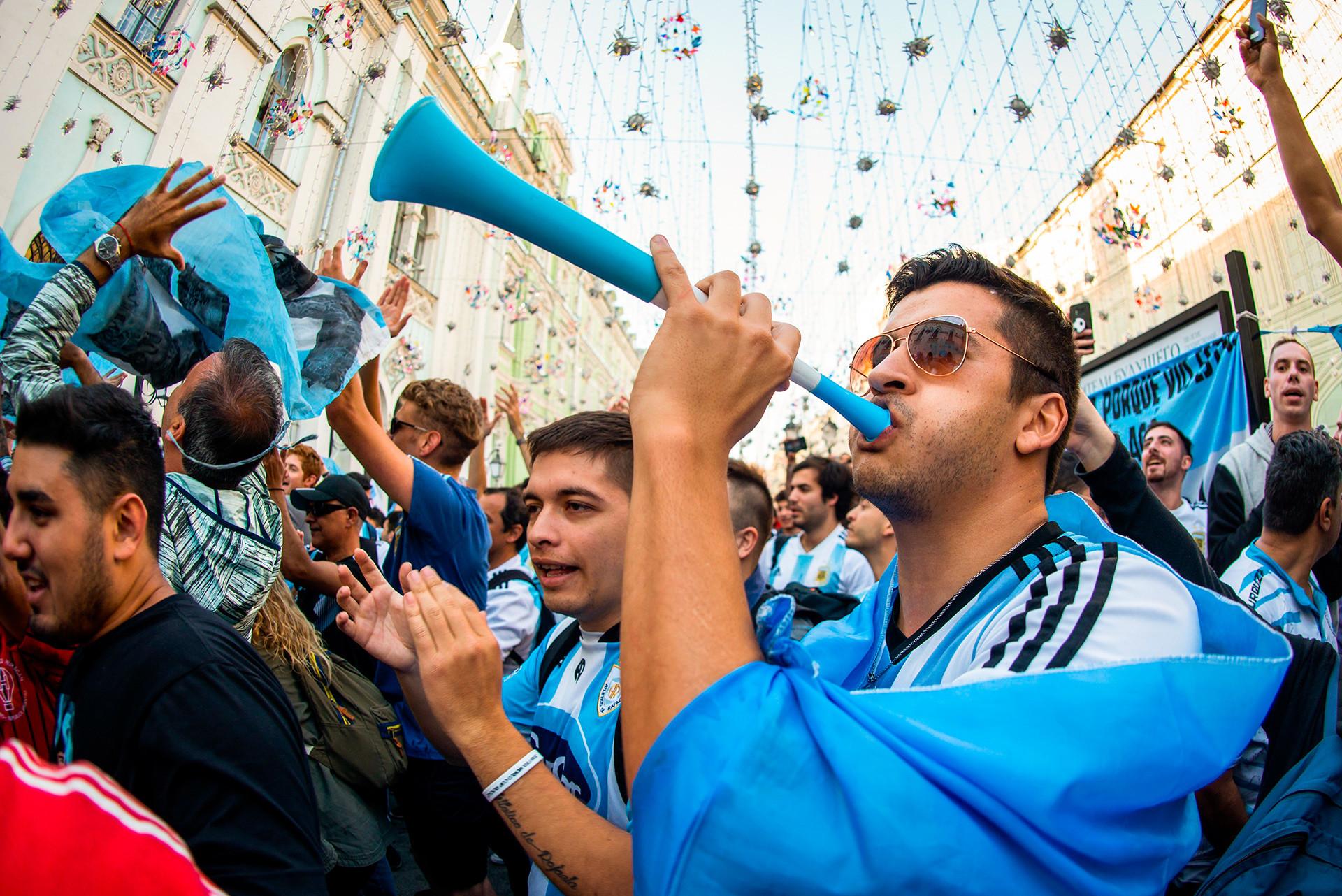 Orang-orang Argentina juga tak mau ketinggalan meramaikan pesta jalanan Amerika Selatan. Para penggemar Argentina menaruh harapan besar pada Lionel Messi supaya mampu bertanding lebih baik daripada di 2014. Tentu saja, Mesii bukanlah sembarang pemain yang tak bisa diandalkan!