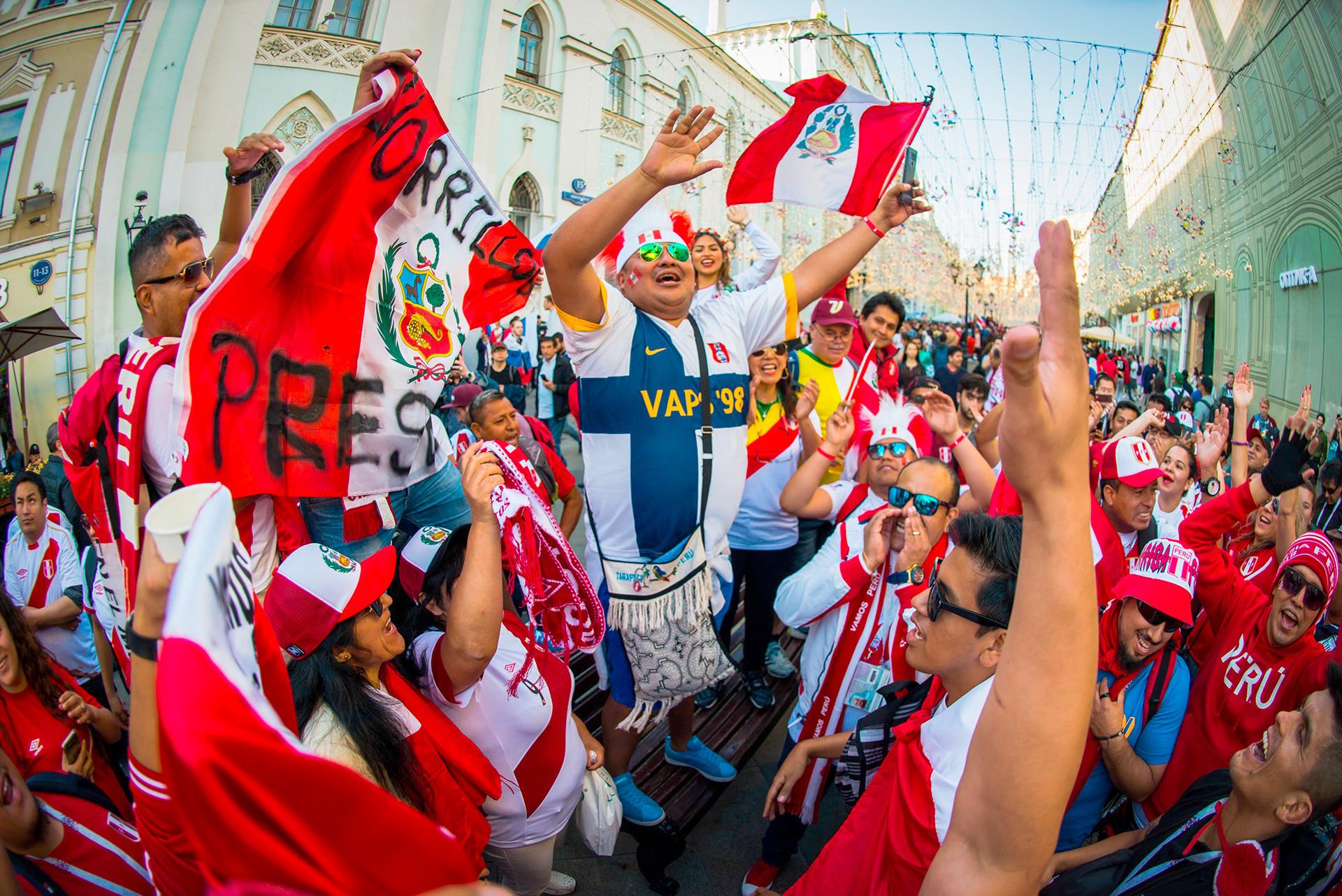 Para penggemar Peru juga tak kalah bersemangat. Menjelang pertandingan Piala Dunia pertama mereka sejak 1982, Peru akan berusaha menghindari ancaman Prancis, Denmark, dan Australia.
