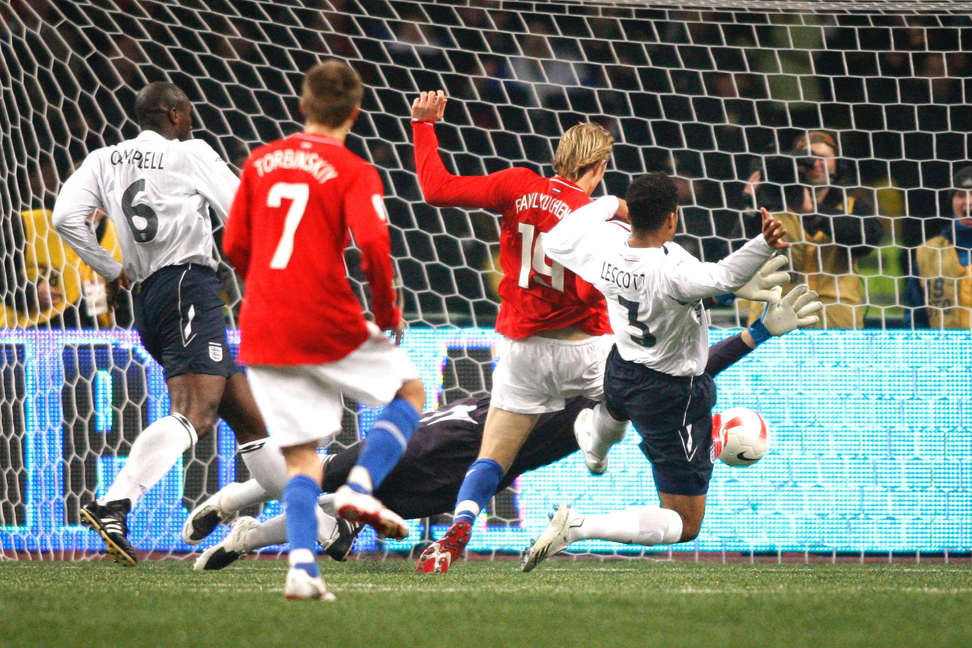 Роман Павлюченко отбелязва в мача срещу Англия (2: 1). Тази победа отвежда Русия до Евро 2008