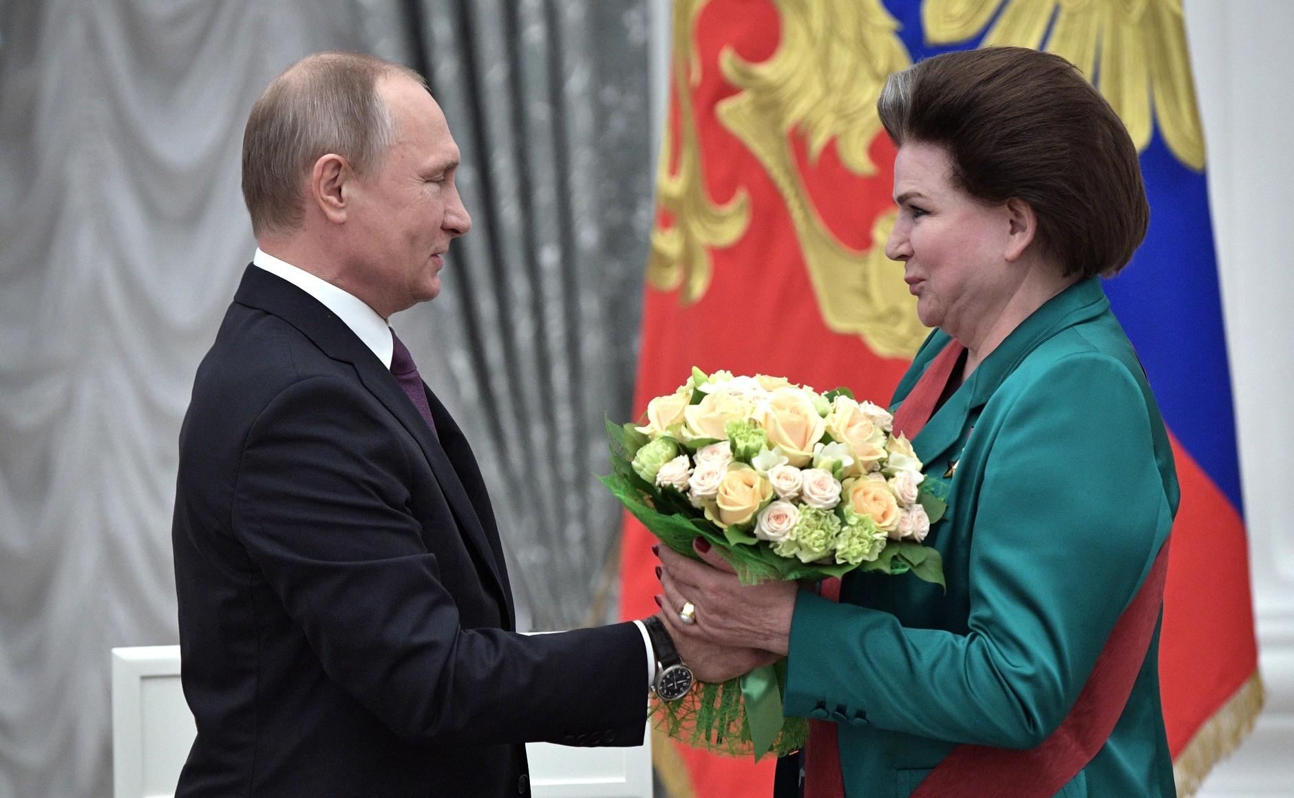 Maj 2017: Predsednik Vladimir Putin in poslanka Valentina Tereškova, vodja parlamentarnega odbora za federalno in lokalno upravo, na podelitvi državnih nagrad v Kremlju