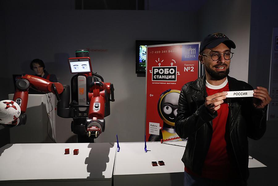 Роботът Бакстър прогнозира резултатите от футболните мачове на Купата на Конфедерациите на ФИФА през 2017 г. в изложбения център ВДНХ в Москва