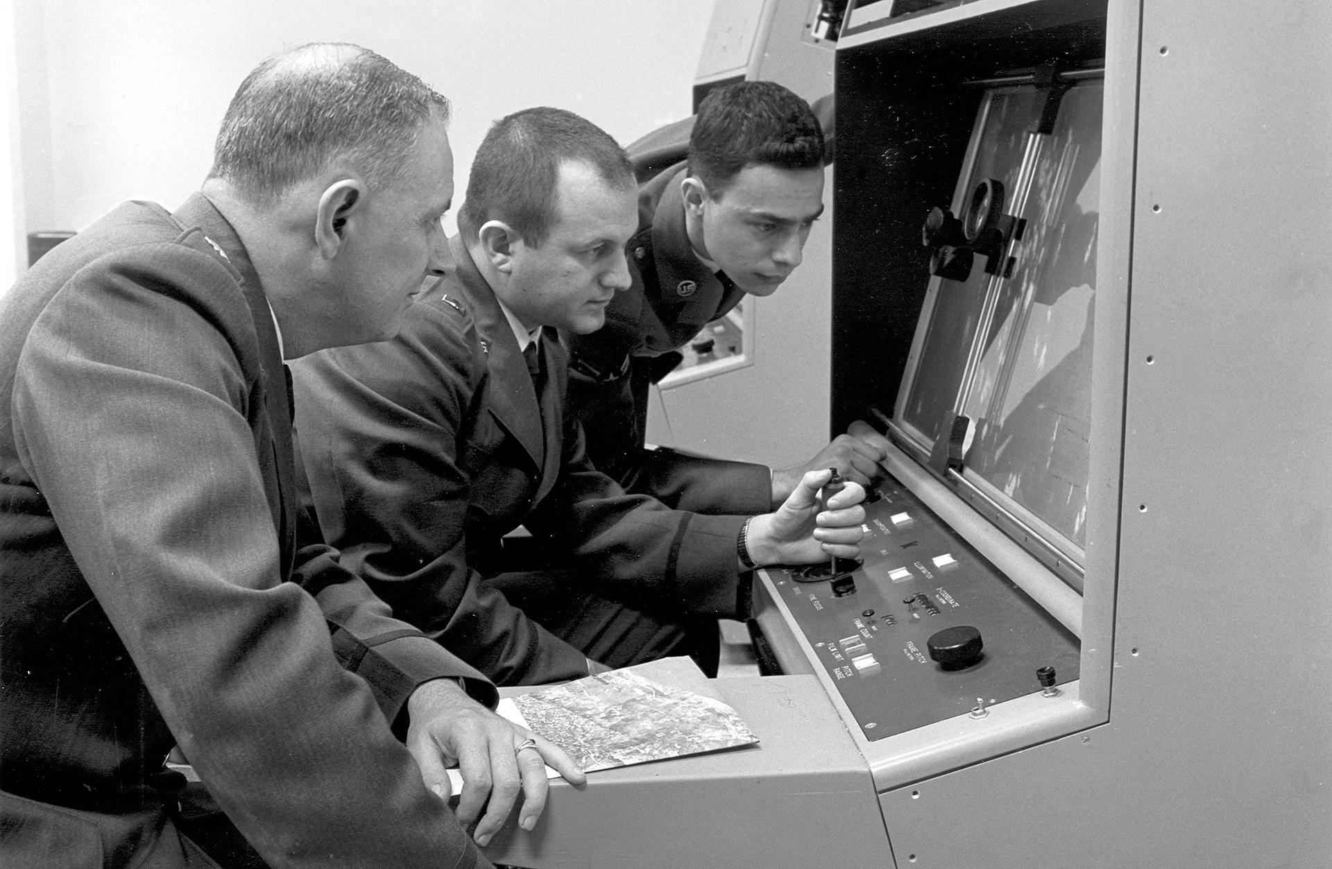 Osebje ameriške strateške zračne obrambe si ogleduje izvidniške posnetke tekom kubanske krize, 1962.