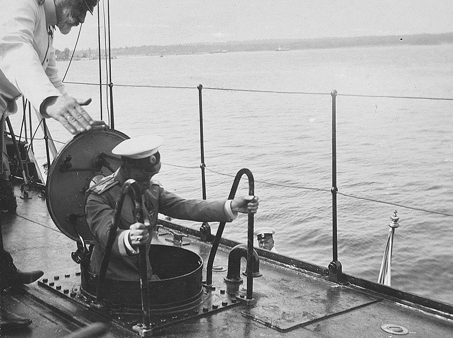 """Цар Николај II у посети разарачу """"Новик""""."""