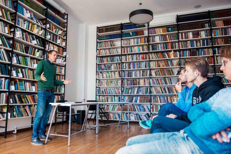 Perpustakaan digunakan untuk menggelar kuliah atau acara, termasuk dalam bahasa asing