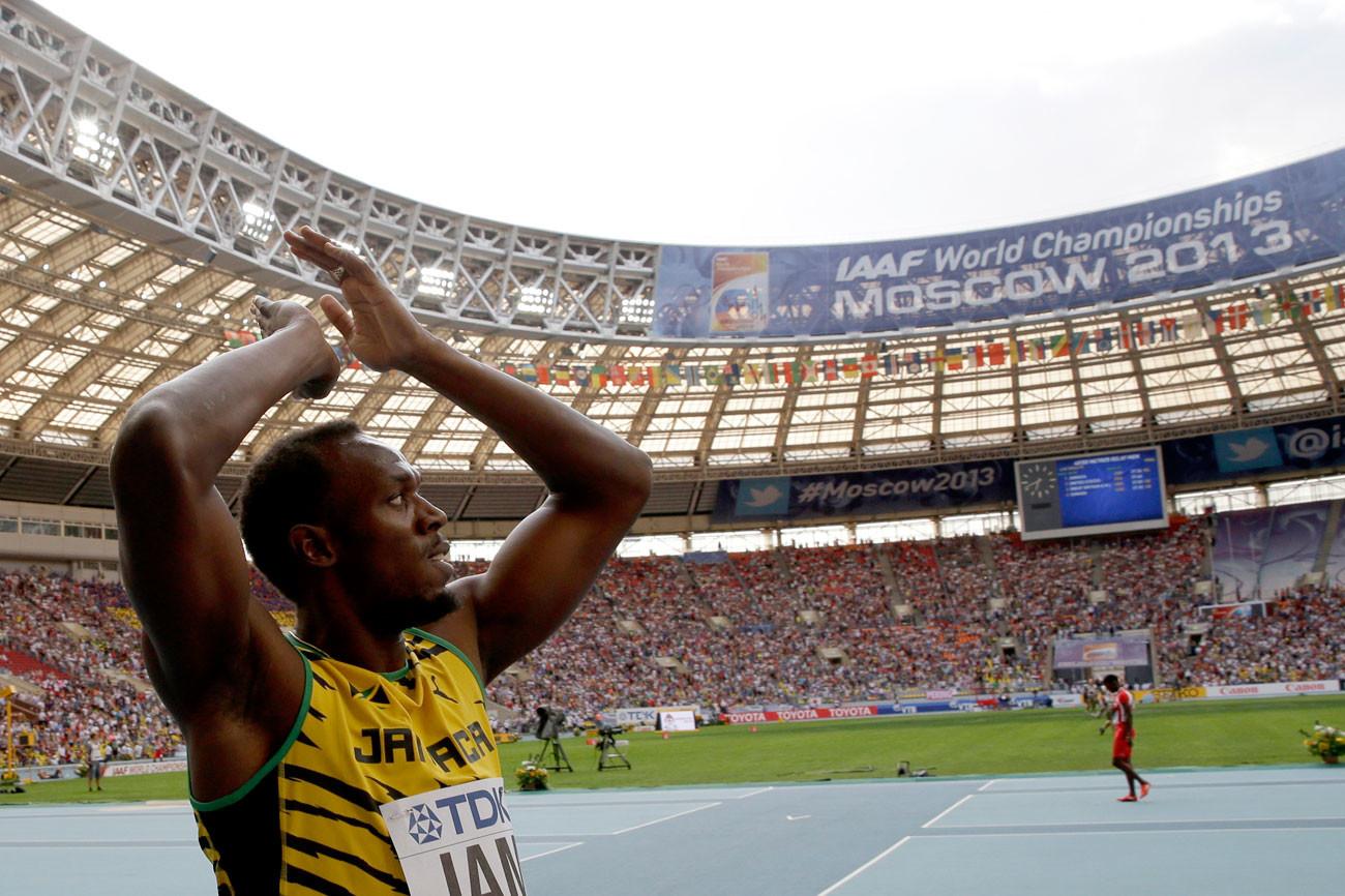 El atleta jamaicano Usain Bolt celebra la obtención de una medalla de oro en Moscú.