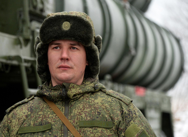 Seorang prajurit dari batalion Sistem Pertahanan Militer Udara Distrik Militer Timur berjaga di depan S-400 Triumph, sistem pertahanan udara yang dikerahkan dalam modus siap tempur dan mulai melindungi ruang udara Rusia di Krai Primorsky.