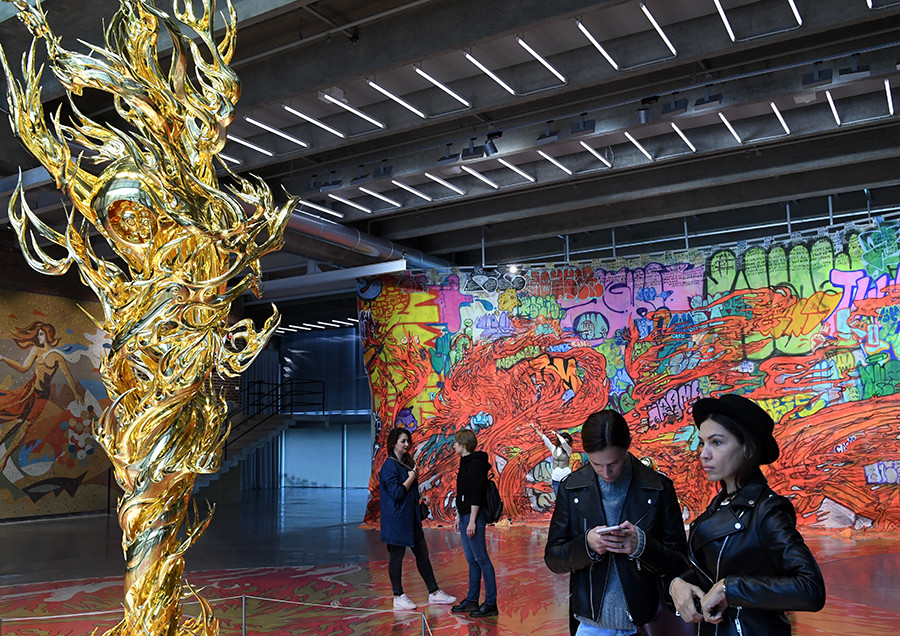 """Посетиоци изложбе Такашија Муракамија, """"Испод рендгенског водопада"""" у Музеју савремене уметности """"Гараж"""", Москва."""