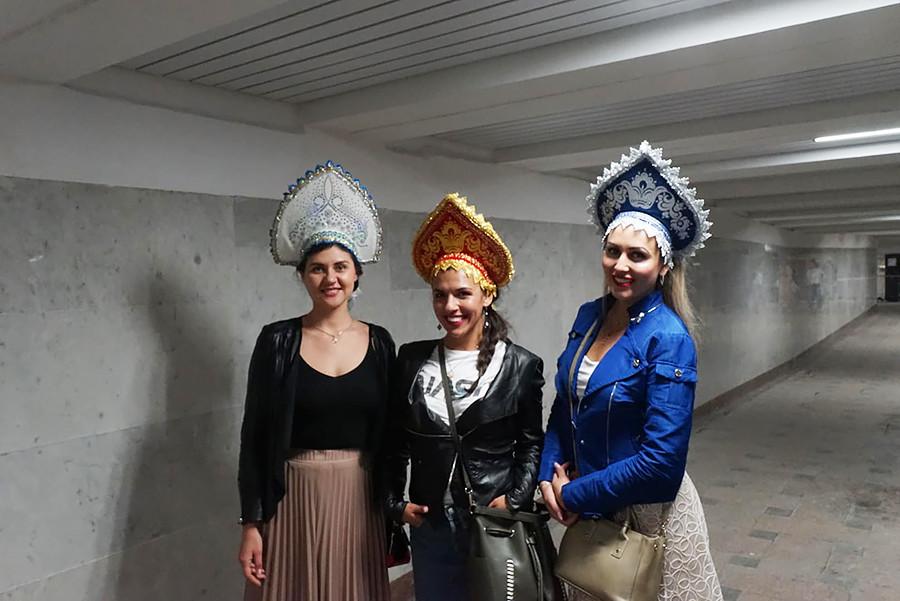 Tiga gadis Rusia dengan hiasan kepala tradisional di Moskow, 17 Juni 2018.