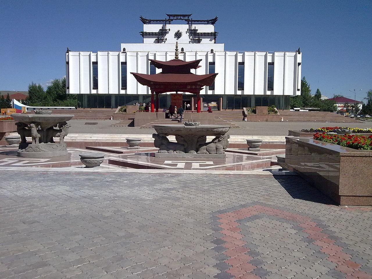 Glasbeni dramski teater in budistični molitveni prostor na trgu Arata