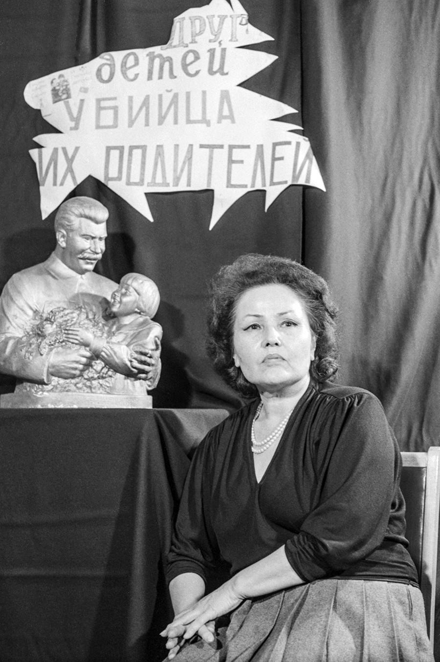"""Енгелсина Маркизова, 1989. Плакат со саркастичен коментар: """"(Сталин-) пријател на децата и убиец на нивните родители!"""""""