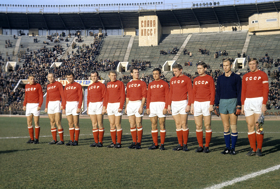 USSR national football team in 1966, Streltsov is second from the left,