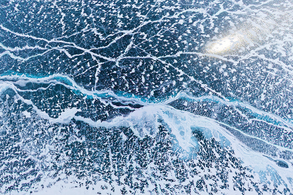 Grietas en el hielo del lago Baikal a 200 metros.