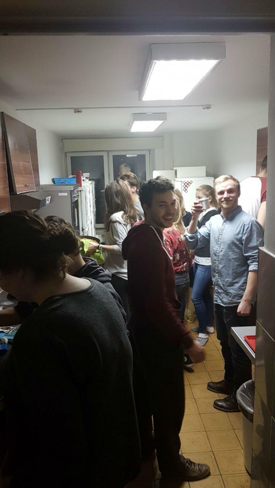 Victor et Benedikt (étudiant allemand) au milieu d'autres étudiants préparant un dîner