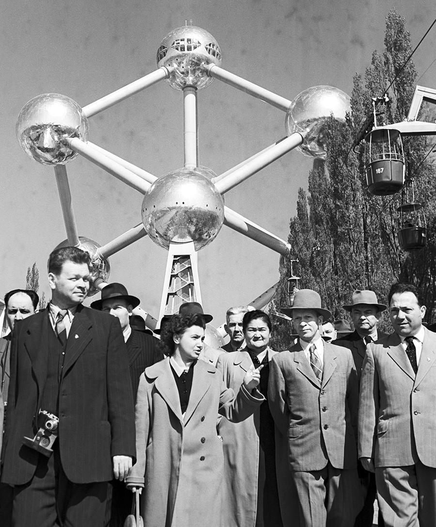ベルギーのアトミウムを訪問するソ連の観光客