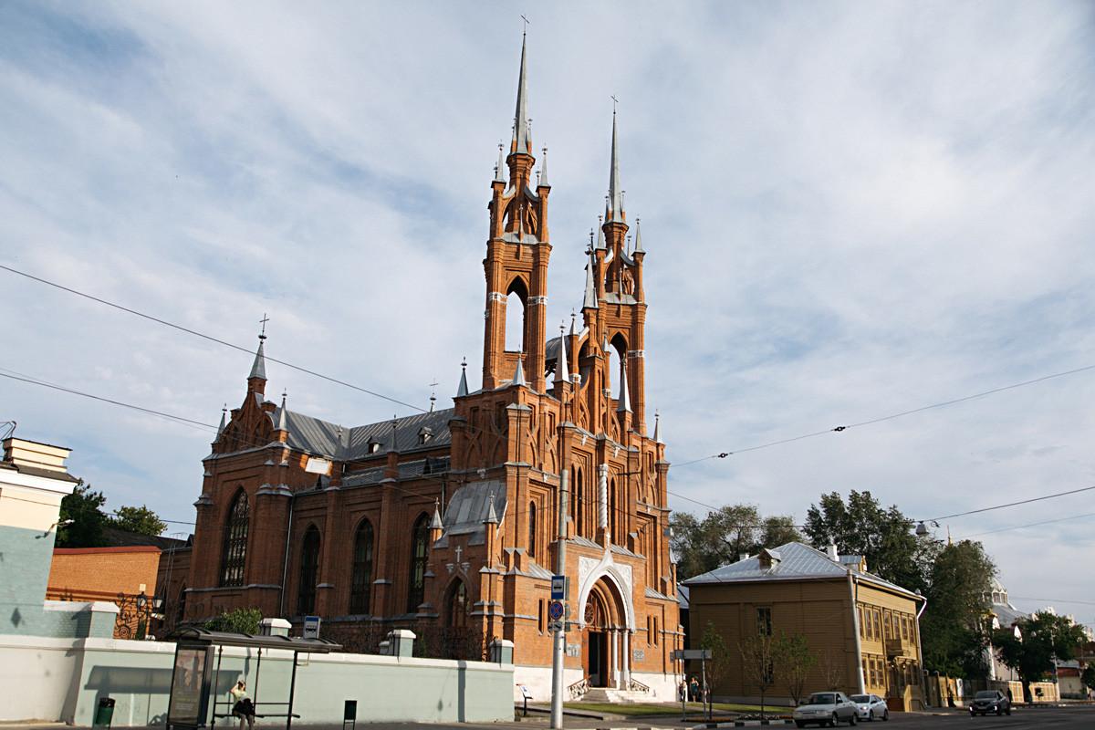 Gereja Hati Kudus terletak tak jauh dari taman.